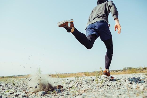 スポーツを実行しています。風光明媚な自然の中で屋外全力疾走の男性ランナー。 無料写真