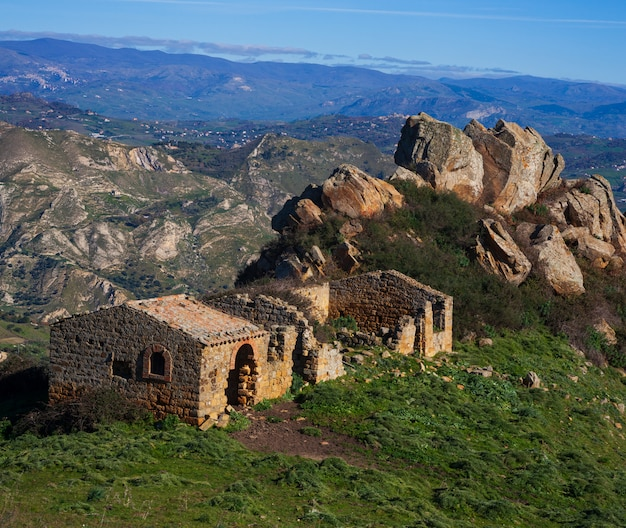 Rural house in the sicilian countryside Premium Photo