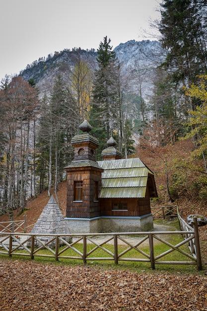 Русская часовня, деревянное здание в словенских альпах Premium Фотографии