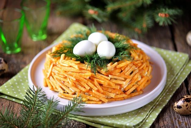 ロシアの伝統的なお祝いサラダ「grouse's nest」 Premium写真