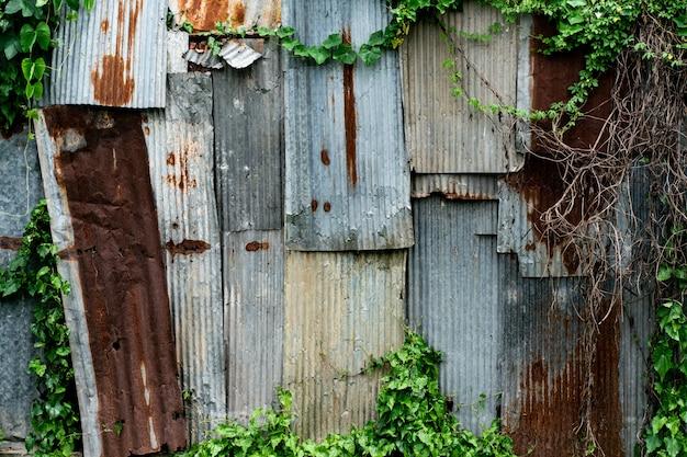 Rust старая металлическая кровля с зеленым листом Premium Фотографии