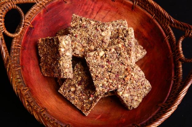 Rustic bowl of peanut brittle dessert Premium Photo