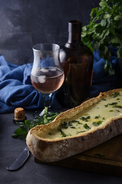 Рустик хлеб с белым соусом в темноте Premium Фотографии