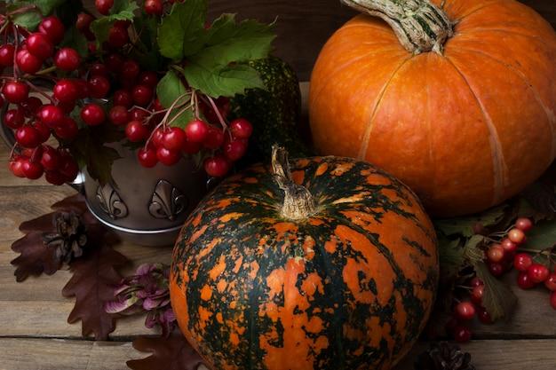 赤いベリーとカボチャの素朴な宝庫の装飾 Premium写真