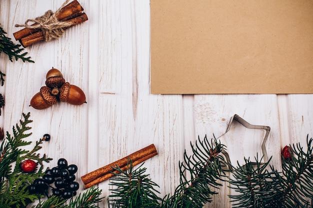 소박한 종이 전나무 나뭇 가지로 만든 원의 중심에 놓여 프리미엄 사진