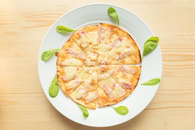 木製の背景に素朴なピザ。上面図 Premium写真