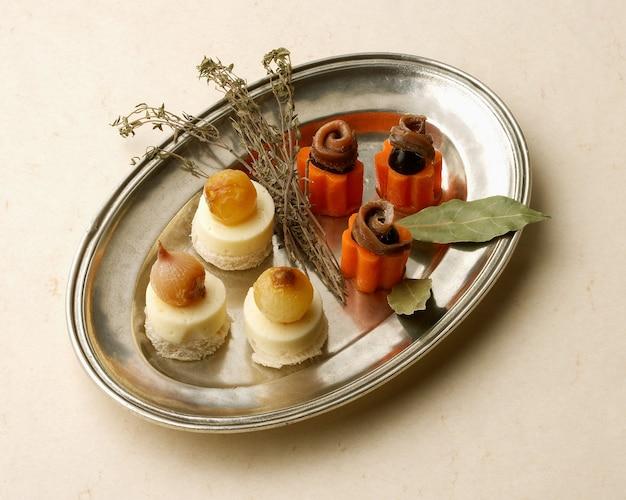 アンチョビとチーズカナッペの素朴なトレイ Premium写真