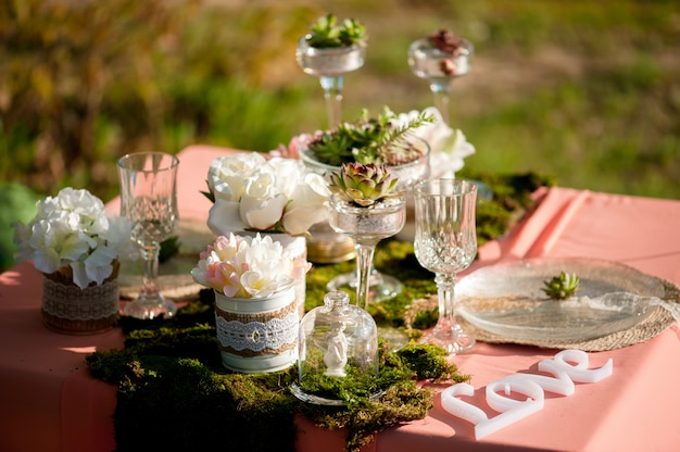 Rustic wedding table setting with succulents and moss Premium Photo