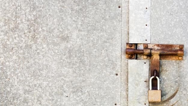 キーパッド付きのさびたメタリックグレーのドア Premium写真