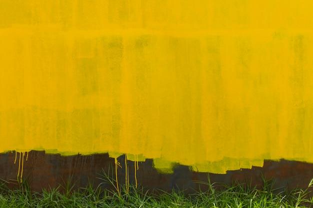 さびた金属の壁の背景と黄色の古いペンキ Premium写真