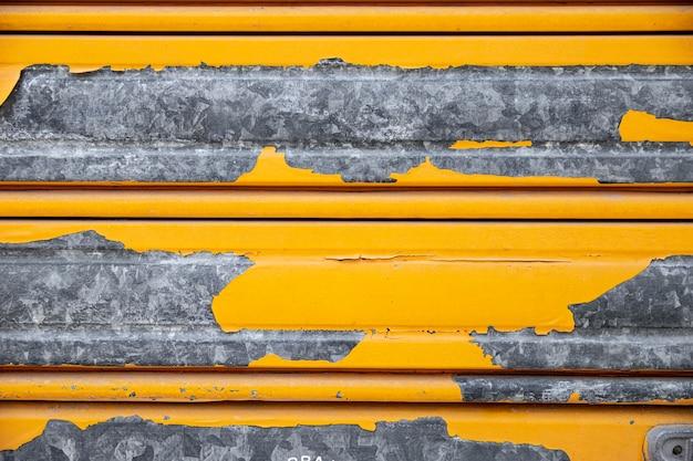 黄色のペンキでさびた金属の壁 無料写真