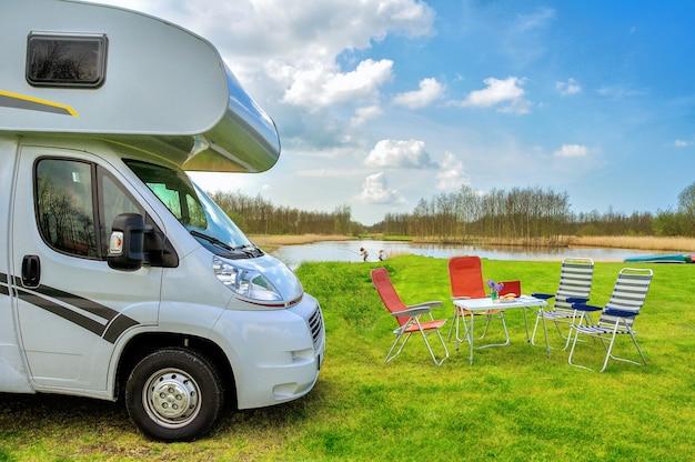 Rv(キャンピングカー)とキャンプの椅子 Premium写真