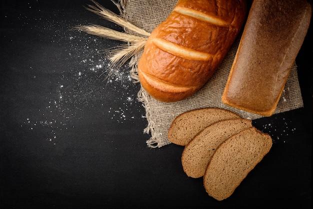 テーブルの上のライ麦パンとパン Premium写真