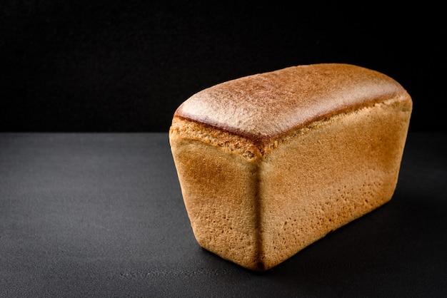 テーブルの上のライ麦パン Premium写真