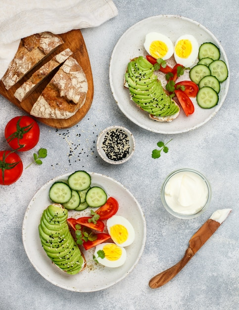 Сэндвичи с ржаным хлебом с авокадо Premium Фотографии
