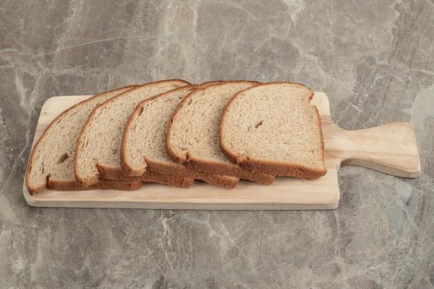 木の板にライ麦パンのスライス。高品質の写真 無料写真