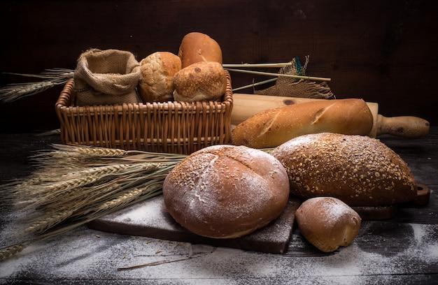 테이블에 호밀 빵 무료 사진