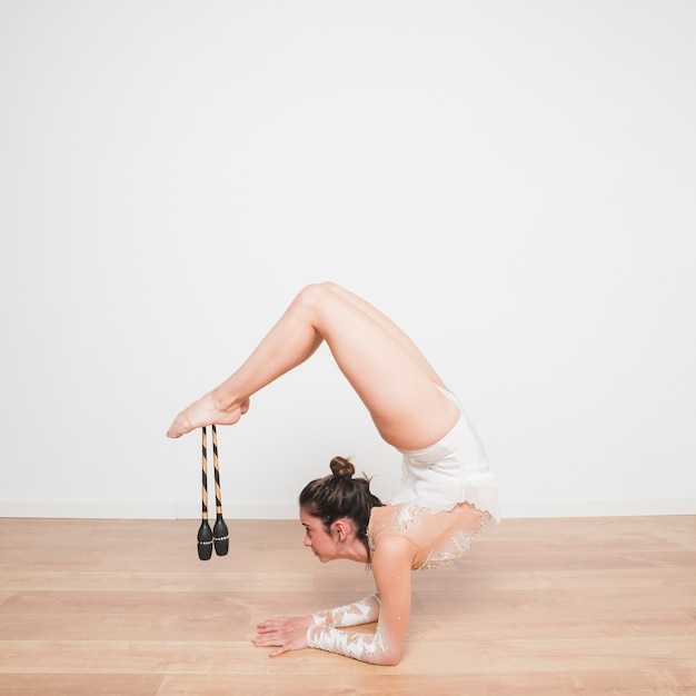 Rythmic gymnast posing with the juggling clubs Free Photo