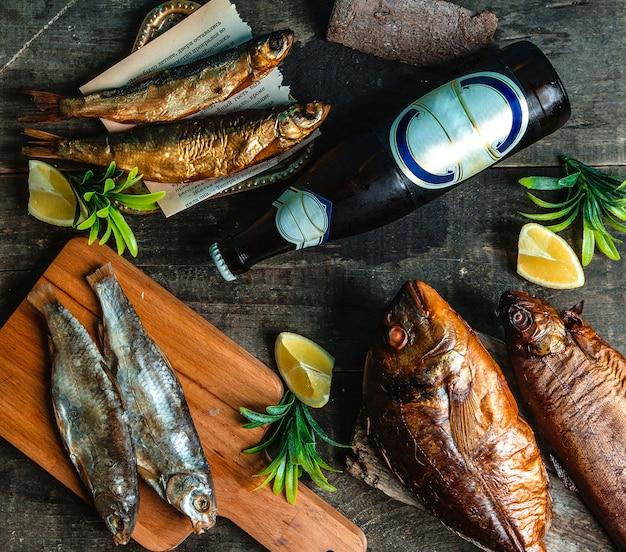 魚のs製冷たいビール瓶とスライスしたレモン 無料写真