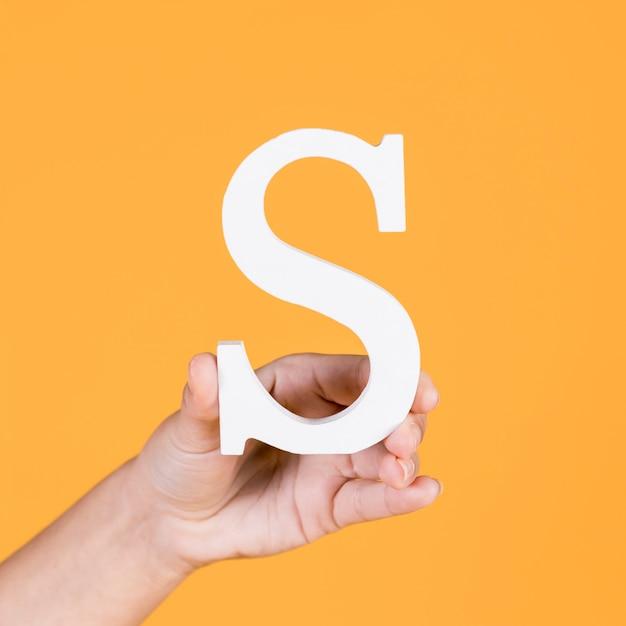 アルファベットsを持っている手のクローズアップ 無料写真