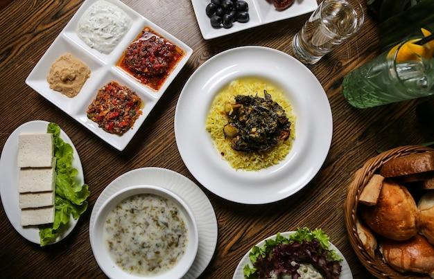 Сабзи плов и другая еда на столе вид сверху Бесплатные Фотографии