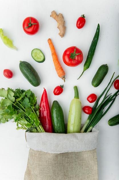 白いテーブルに野菜がいっぱい入った袋 無料写真