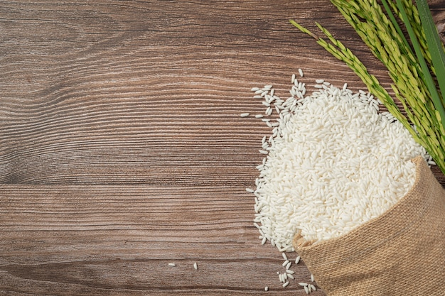 나무 바닥에 쌀 공장 장소 쌀 자루 무료 사진