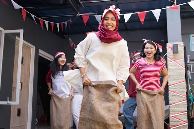 Sack race во время дня независимости индонезии Premium Фотографии