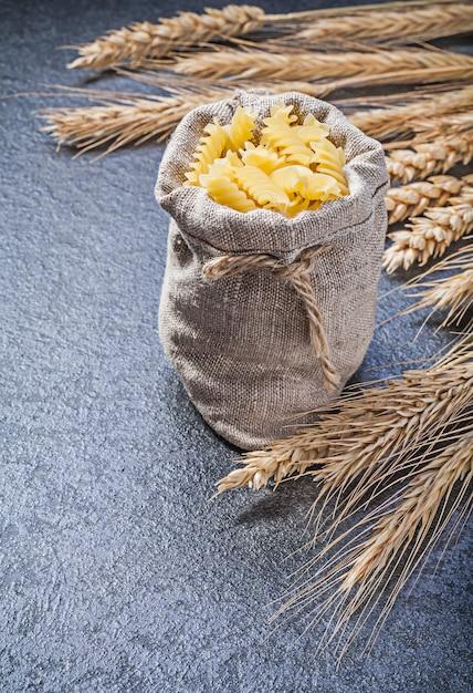 スパイラルマカロニ黄金小麦ライ麦の耳が付いている袋 Premium写真