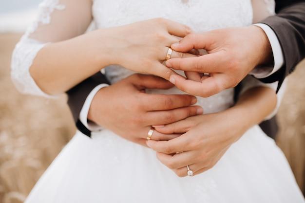 新郎と新婦が結婚指輪をつける神聖な儀式 無料写真