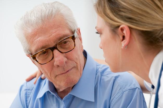 Грустный и одинокий старший мужчина с медсестрой Premium Фотографии