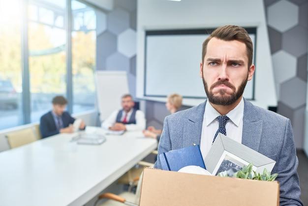 Грустный бородатый бизнесмен потерял работу Premium Фотографии