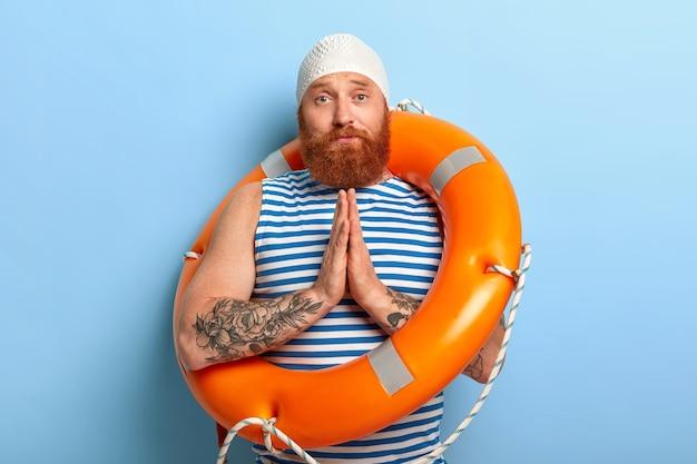 슬픈 여우 같은 남성은 수영 강사에게 도움을 요청하고 수영을 배우고 싶어합니다. 무료 사진