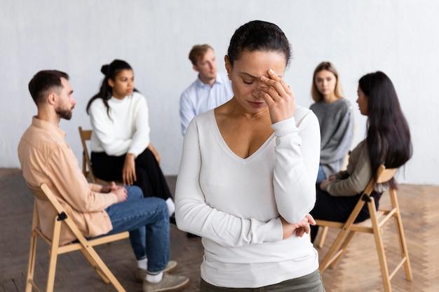 集団療法セッションで悲しい女性 無料写真