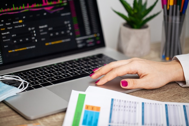 Sad woman is looking at falling stock charts during an epidemic covid-19 Premium Photo