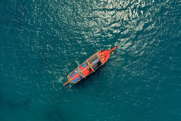 Парусник в море в вечернем солнечном свете над красивым морем, роскошное летнее приключение, активный отдых на средиземном море, турция Бесплатные Фотографии
