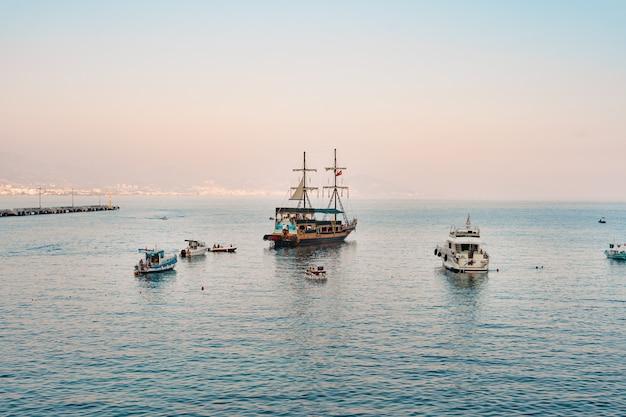 Barca a vela nel mare della medeterania Foto Gratuite