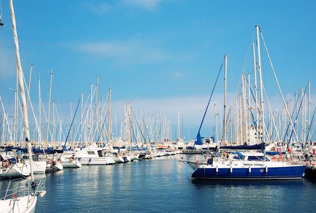 Парусные лодки в гавани Premium Фотографии