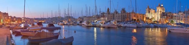 Sailing boats on senglea marina in grand bay, valetta, malta, at night Premium Photo