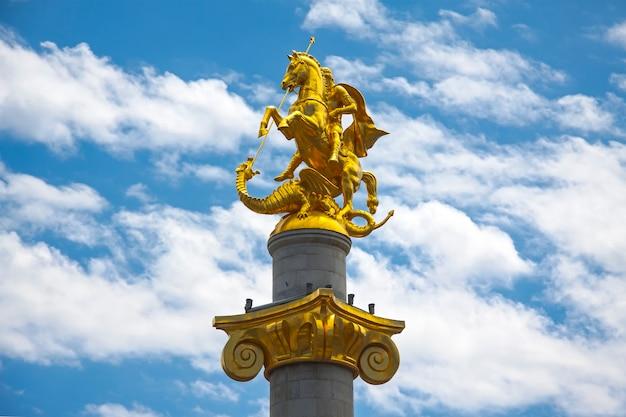 Памятник святого георгия на площади свободы в тбилиси, грузия. Premium Фотографии