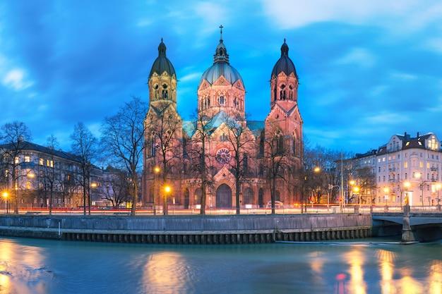 Церковь святого лукаса ночью в мюнхене, германия Premium Фотографии