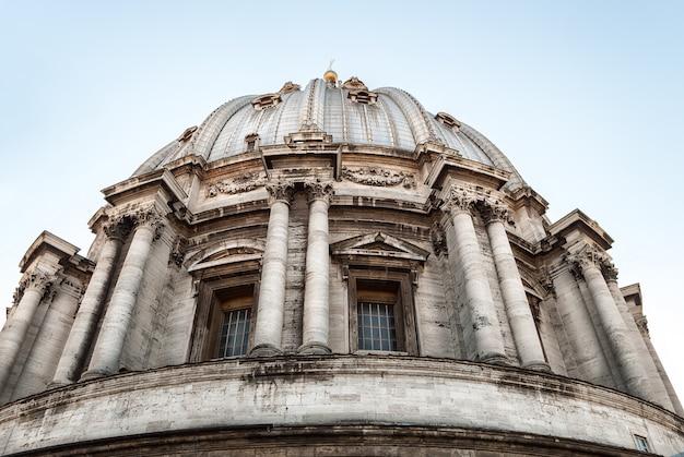 バチカン市国のサンピエトロ広場のサンピエトロ大聖堂 Premium写真