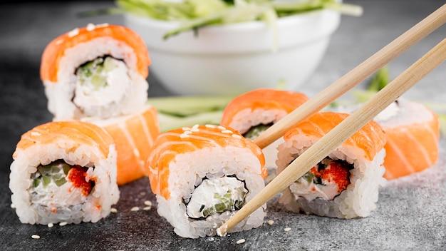 サラダと新鮮な寿司ロールと箸 無料写真