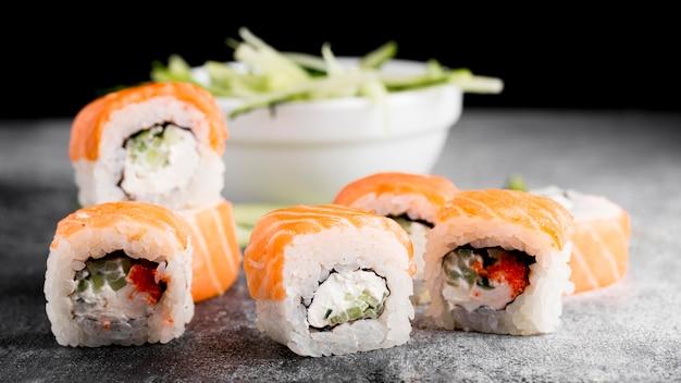 Салат и свежие суши роллы Бесплатные Фотографии