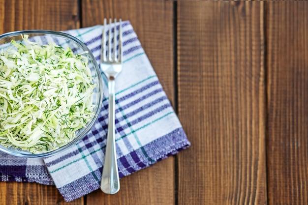 Салат из капусты и специй в стеклянную емкость. копировать пространство Premium Фотографии