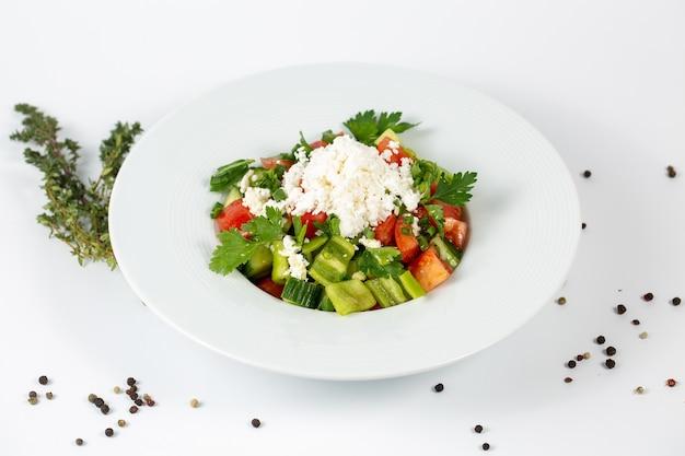 토마토와 치즈를 곁들인 신선한 야채 샐러드 무료 사진