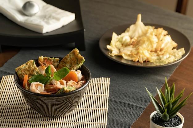 Салат из морепродуктов и жареная капуста с рыбным соусом Premium Фотографии