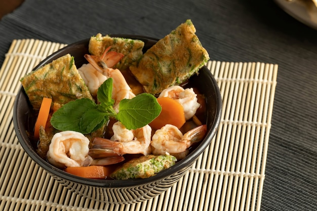 Салат из морепродуктов вид сверху Premium Фотографии
