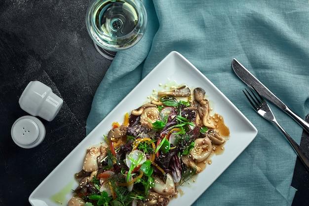 イカ、キノコ、野菜のサラダ。上からの眺め。コピースペース。 Premium写真