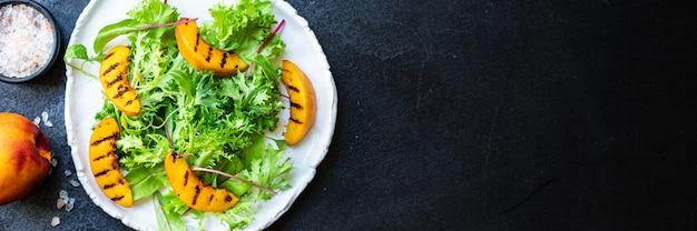 Салат персик гриль листья салата микс нектарин ингредиент Premium Фотографии